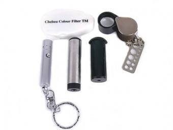左上カラーフィルター、左からUVライト、分光器、二色鏡、ルーペ
